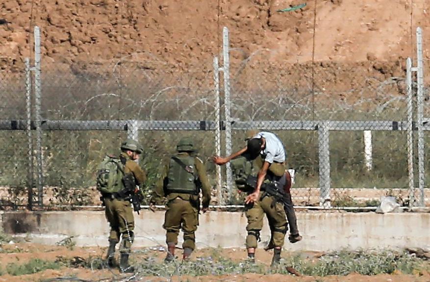 الاحتلال يصيب مواطناً ويعتقله شرق مدينة رفح