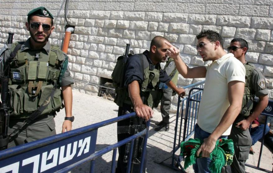 الاحتلال يبعد 3 مقدسيين عن القدس لأسبوع