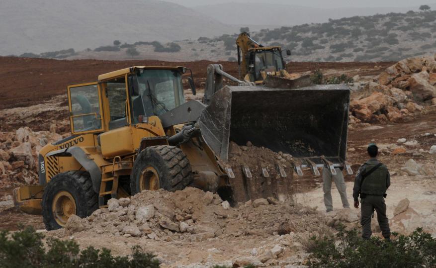 الاحتلال يستولي على معدات خلال شق طرق جنوب نابلس