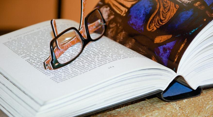 كيف تؤثر قراءة الأدب بيولوجيًّا على عقولنا؟
