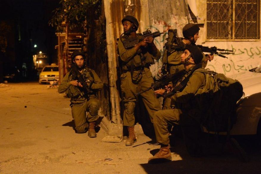 الاحتلال يعتقل 8 مواطنين ويداهم منزل النائب طافش بالضفة
