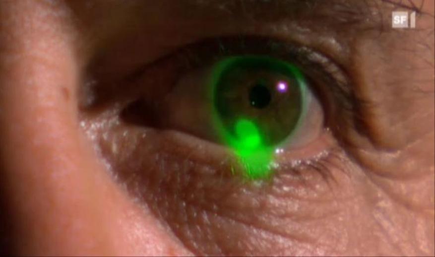 توجيه مؤشر الليزر الى العين يمكن أن يؤدي الى إصابات خطيرة!