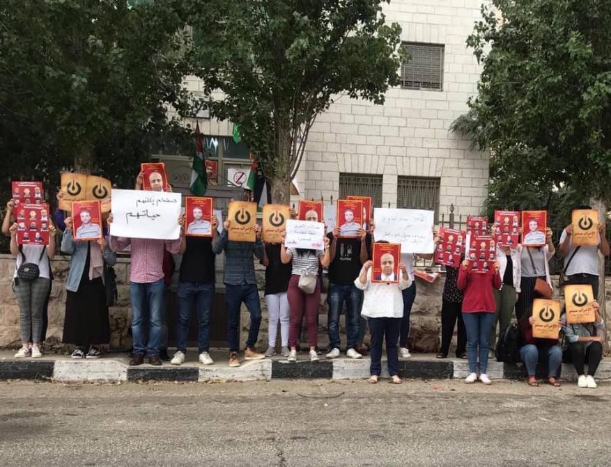 نصرة للأسرى.. نشطاء يغلقون مقر الصليب الأحمر بالبيرة