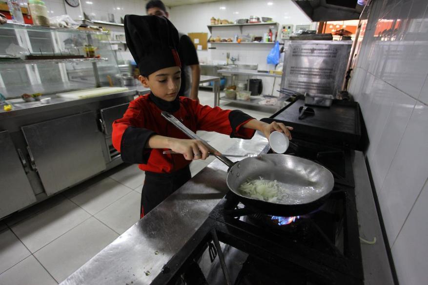 أصغر شيف في غزة.. يحارب المرض ويطمح للحلم