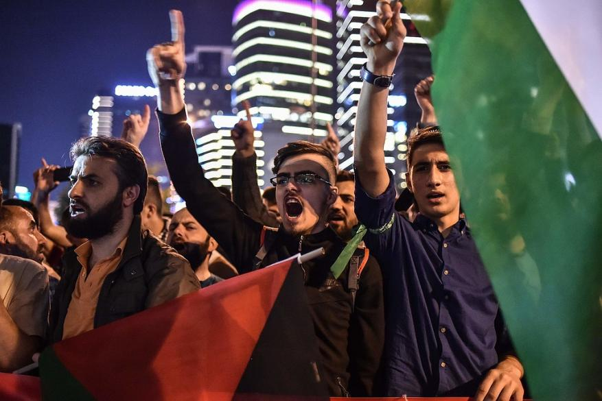 """شبان أتراك يضربون طاقم القناة 2 الإسرائيلية باسطنبول وينعتوهم بـ """"القتلة"""""""