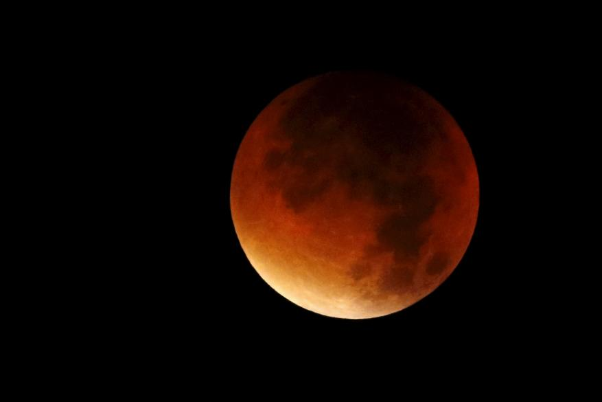 """الأرض تنتظر """"قمر الدم الأزرق العملاق"""""""