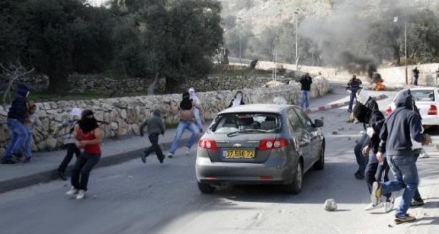 إصابة مستوطينين رشقا بالحجارة قرب قلنديا