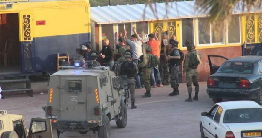 الاحتلال يعتقل 7 أفراد من الضابطة الجمركية شرق نابلس.
