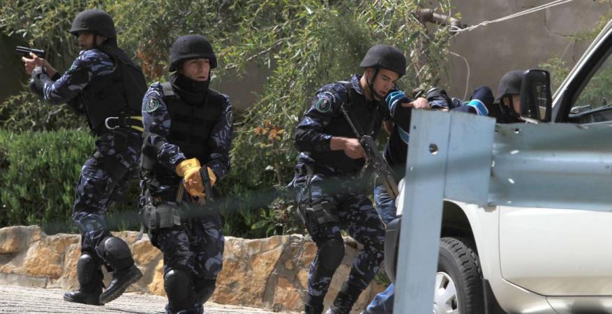 أجهزة السلطة تعتقل طالباً جامعياً وصحفياً وتستدعي 2 آخرين