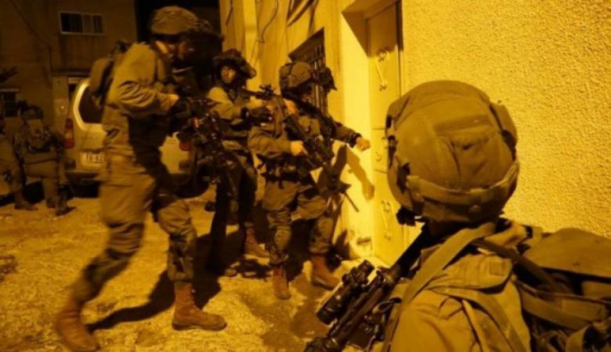 قوات الاحتلال تشن حملة مداهمات واعتقالات في عدة مناطق بالضفة الغربية