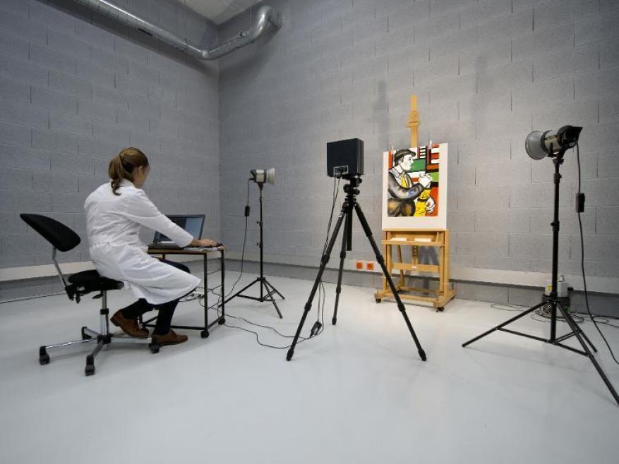 برنامج كمبيوتر لكشف اللوحات المزيفة