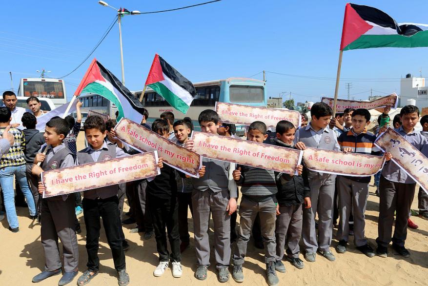 """أطفال فلسطينيون يُحيون ذكرى وفاة """"لوثر كينغ"""" من مخيم العودة شرقي غزة"""