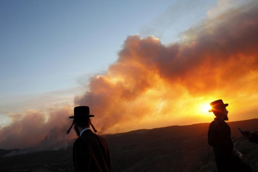 إحراق أراض محيطة بموقع عسكري اسرائيلي على حدود غزة