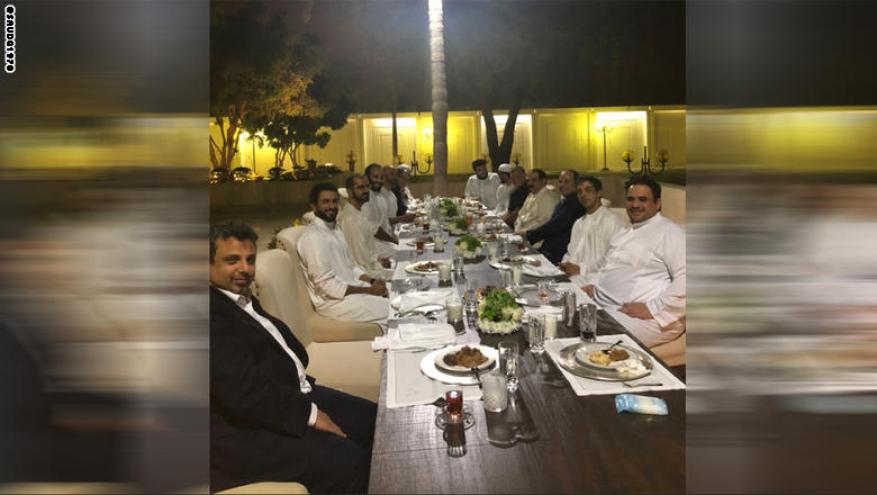 صورة لقادة مشاركين في القمة على العربية على مائدة عشاء