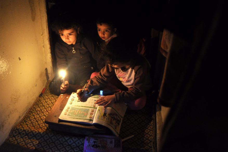 الامتحانات تدق أبواب منازل غزة المظلمة
